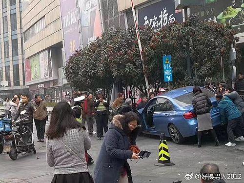 上海市内で暴走し、歩道に乗り上げた車=「好撮男人2012」のウェイボーから