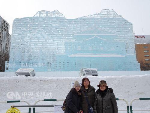 「第70回さっぽろ雪まつり」の大通公園「毎日新聞氷の広場」に展示されている大氷像「台湾―玉山と高雄駅」