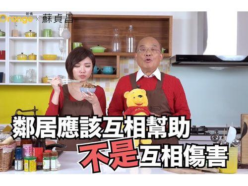 アフリカ豚コレラの防疫啓発動画で、「くまのプーさん」のぬいぐるみを手に中国に措置強化を呼び掛ける蘇貞昌行政院長(右、蘇氏フェイスブックfacebook.com/gogogoeballより)