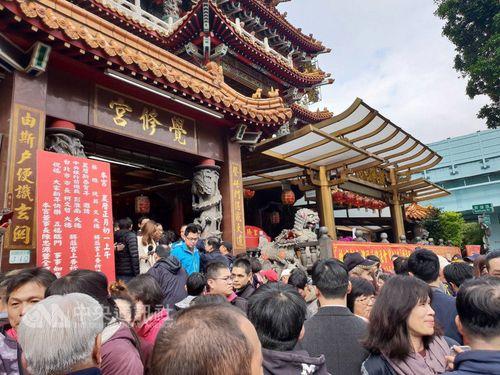 蔡英文総統が配布するお年玉を求め、台北市大同区の覚修宮に詰め掛けた人々