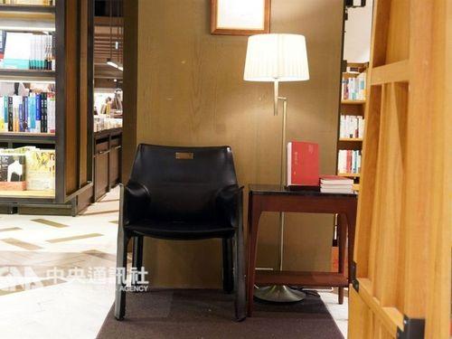 「誠品書店」の片隅に置かれるカッシーナの椅子