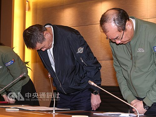 会見で頭を下げるチャイナエアラインの謝世謙総経理(社長、右から2人目)ら