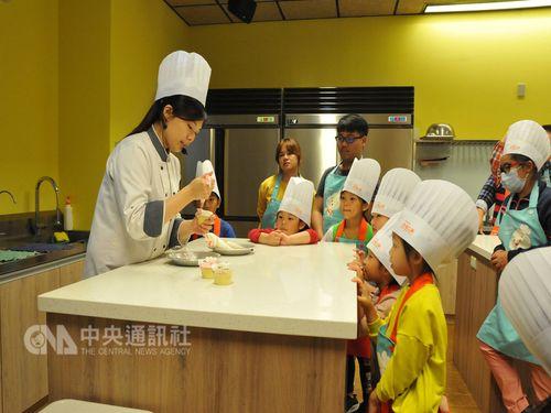 台南市の観光工場「奇美食品幸福工場」で手作り体験を楽しむ人々。台南市政府経済発展局提供