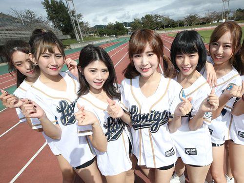 ラミゴのチアリーダー「ラミガールズ」で唯一の日本人メンバーとして活動する今井さやかさん(右)