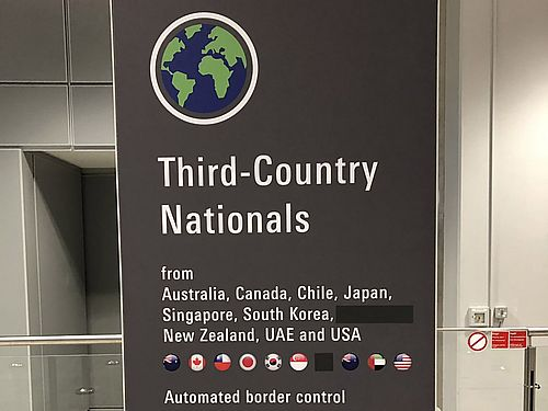 「Taiwan」(台湾)の文字と中華民国国旗のイラストが消されているフランクフルト空港の看板