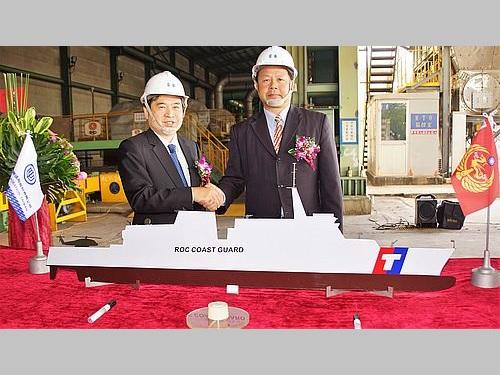 起工式で握手を交わす海巡署艦隊分署の謝慶欽分署長(右)と台湾国際造船の鄭文隆董事長