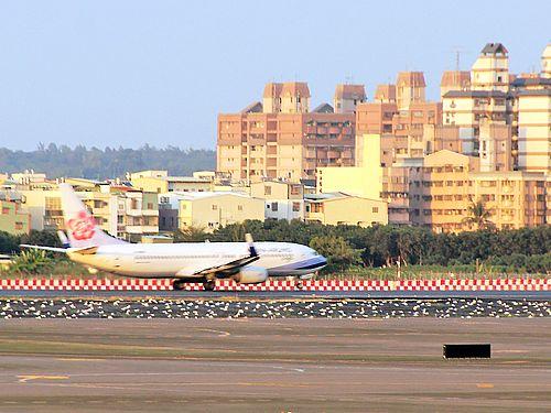 高雄空港に到着する中華航空機=資料写真