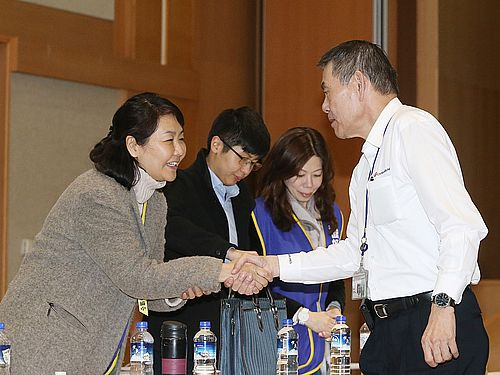 13日の協議後、握手をするチャイナエアラインの謝世謙総経理(右)と桃園市機師職業工会の陳バイバイ常務理事(バイ=くさかんむりに倍)