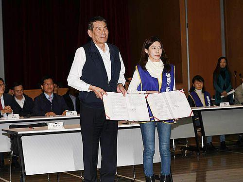 協定締結を喜ぶチャイナエアラインの謝世謙総経理(手前左)と桃園市機師職業工会の李信燕理事長(同右)