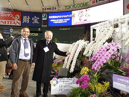 世界らん展を見学する郭仲煕・駐日副代表(右)。右側は台湾蘭花産銷発展協会の受賞作「春よ、来い」