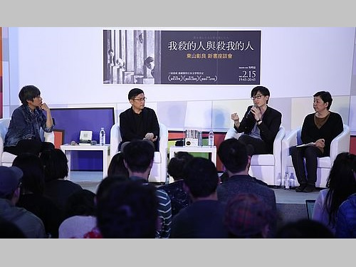 中華商場の話に花を咲かせる東山彰良さん(右から2人目)と呉明益さん(同3人目)