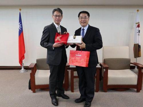 東電PG海外事業推進幹部の訪問を受ける黄偉哲台南市長(右)=同市政府提供