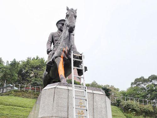 一部が切断された蒋介石の騎馬像