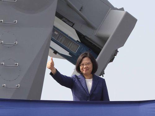 ミサイルフリゲート2隻の就役式に出席し、親指を立てるポーズを決める蔡総統=2018年11月8日高雄で撮影