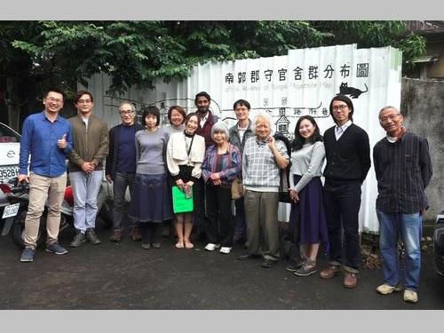 父親と暮らした家を再訪した日本人女性(手前右から5人目)や女性の家族ら=南郭郡守官舎のフェイスブックから