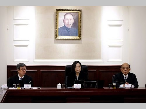 国家安全会議に臨む(左から)陳建仁副総統、蔡英文総統、蘇貞昌行政院長=総統府の公式サイトから
