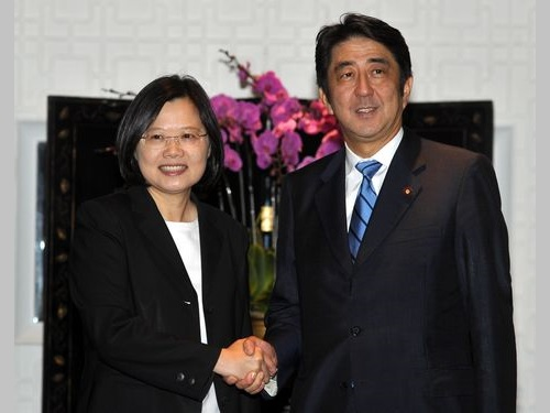訪台した安倍晋三氏(右)と握手をする蔡英文氏=2011年9月撮影