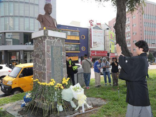 湯徳章氏の銅像を拝む男性