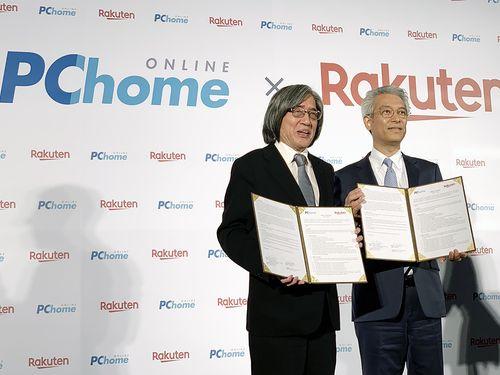業務提携を喜ぶ(左から)PChomeのセン宏志董事長と楽天の高澤廣志常務執行役員