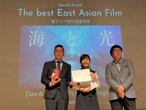 日本国際観光映像祭の表彰式に出席したサンディーさん(中央)=屏東県政府提供