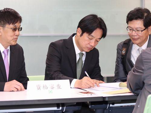 来年の総統選に向けた党内予備選に届け出る頼清徳氏(中央)