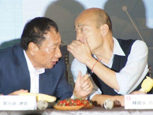 会見で言葉を交わす郭台銘董事長(左)と韓国瑜高雄市長