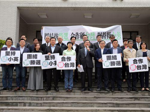 蔡英文総統の再選支持を表明する立法委員(国会議員)たち