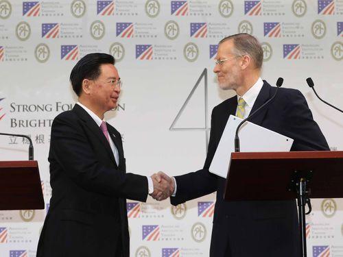 握手を交わす呉ショウ燮外交部長(左)と米国在台協会台北事務所のブレント・クリステンセン所長