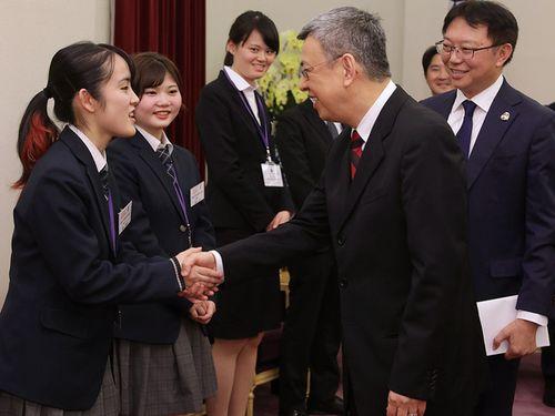 日本の青少年訪問団のメンバーと握手をする陳建仁副総統(手前右)=総統府ホームページから