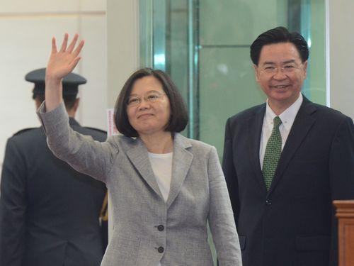 見送りに来た政府要人や各国の大使らに手を振る蔡総統