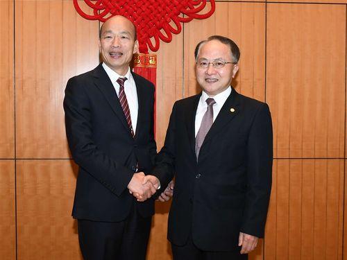 中連弁の王志民主任(右)と握手をする韓国瑜高雄市長=中連弁ホームページから