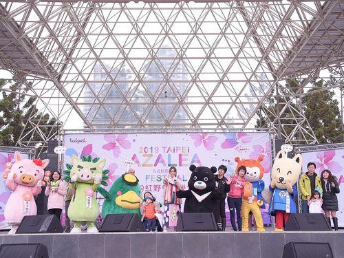 日台のご当地キャラと記念撮影を楽しむ人々=台北市政府提供