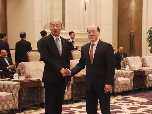 国務院台湾事務弁公室の劉結一主任(右)と握手を交わす韓国瑜高雄市長