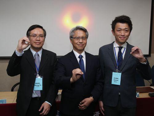 ポーズを決める(右から)中央研究院天文・天文物理研究所の浅田圭一副研究員、同院の廖俊智院長、同所の王祥宇副所長