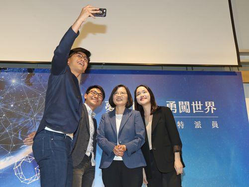 昨年のインターン生との自撮りに応じる蔡総統(右から2人目)