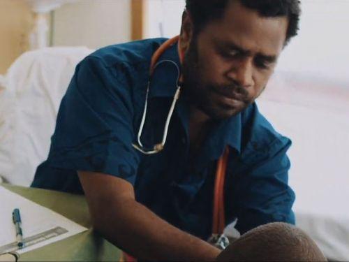 動画に登場するソロモン諸島の男性医師=ユーチューブから