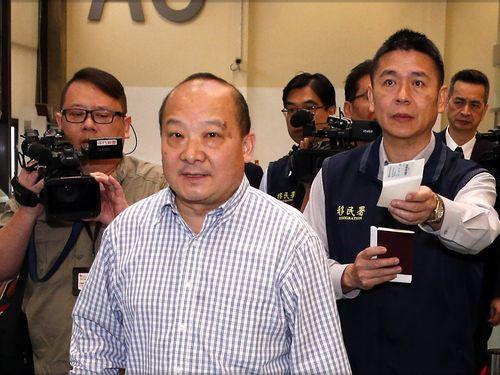 台湾から強制退去となる学者の中国人男性(手前)