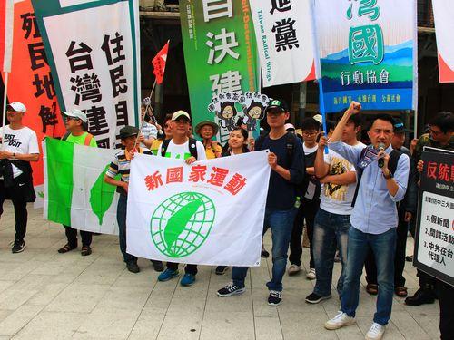 中国による台湾統一に反対を訴える集会参加者ら