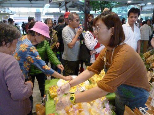 屏東産パイナップルを試食する来場者ら=屏東県政府提供