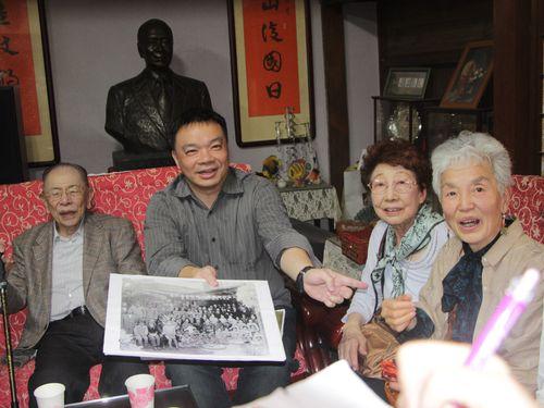 「湾生」らの来訪を歓迎する高思博氏(左から2人目)=同氏提供