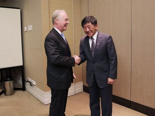 陳時中衛生福利部長(右)と握手をするプライス米厚生長官(2017年5月当時)=同部提供