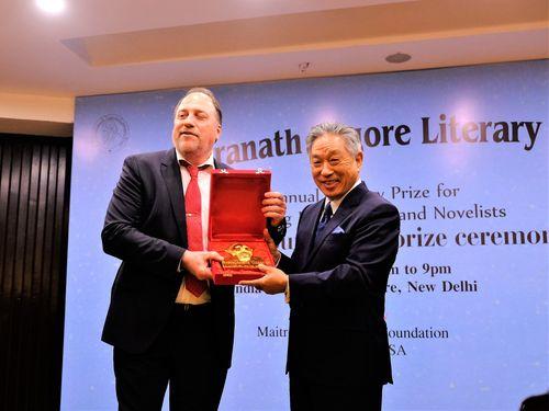 タゴール文学賞の創設者(左)から同賞を受け取る田中光代表