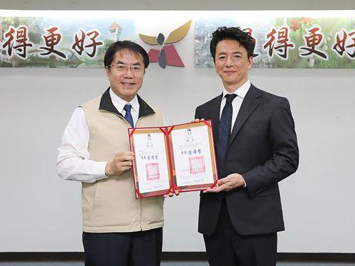 保阪尚希さん(右)と黄偉哲台南市長=同市政府提供