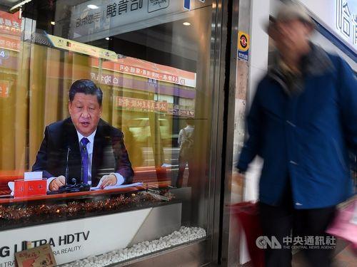 中国の習近平氏を映す台湾の街頭テレビ
