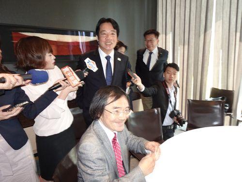 日本の国会議員らとの会食後メディアの取材に応じる頼清徳前行政院長