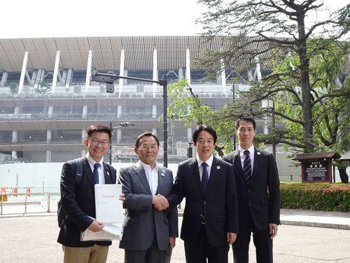 日本スポーツ振興センターの大東和美理事長(左から2人目)と握手を交わす頼清徳前行政院長
