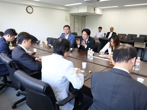 台日関係などについて日本の学者たちと意見交換する頼清徳氏(中央列の真ん中)=頼氏の移動オフィス提供