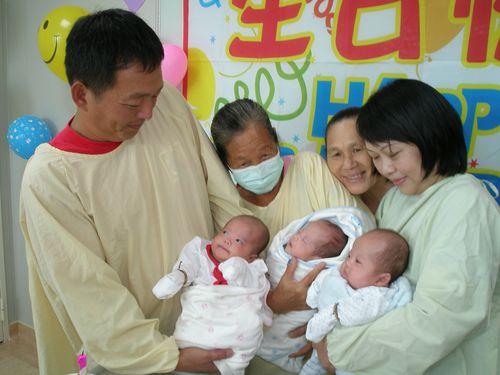 44歳で三つ子を産んだ台湾の女性(右)=資料写真