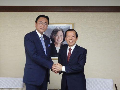 日華懇の古屋圭司会長(左)と謝長廷駐日代表