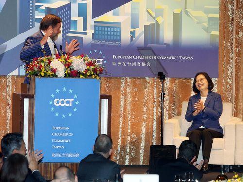 欧州在台商務協会のイッツォ理事長(左)と蔡総統